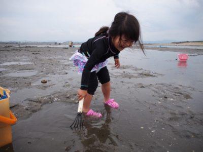 潮干狩りをする子供